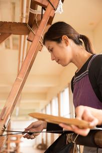 大島紬を織る女性の素材 [FYI01030911]