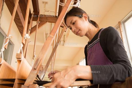 大島紬を織る女性の素材 [FYI01030913]