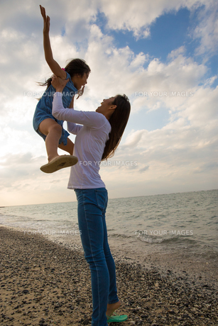 娘を抱き上げる母親の素材 [FYI01030917]