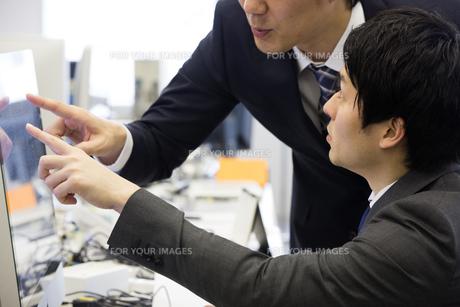 会議するビジネスマンの素材 [FYI01030918]