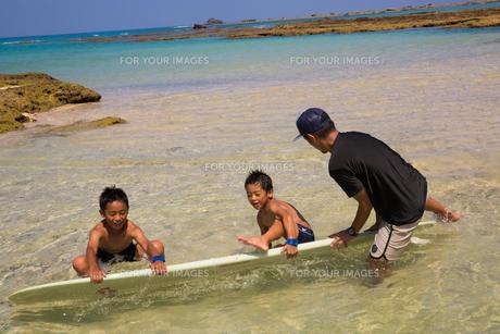 サーフボードで遊ぶ父子の素材 [FYI01030919]
