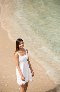 ビーチでポーズする女性の素材 [FYI01030920]