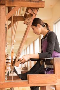 大島紬を織る女性の素材 [FYI01030921]