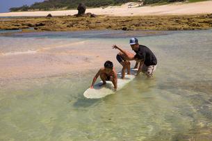 サーフボードで遊ぶ父子の素材 [FYI01030924]