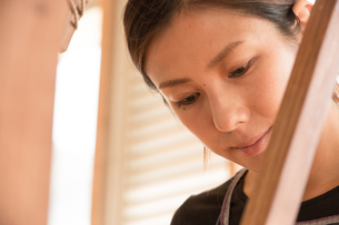 大島紬を織る女性の素材 [FYI01030925]