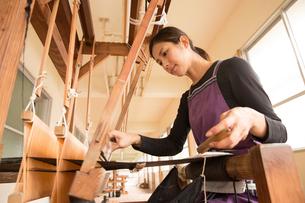 大島紬を織る女性の素材 [FYI01030926]