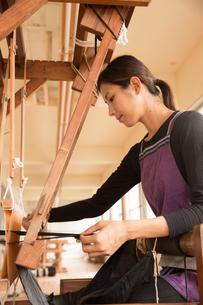 大島紬を織る女性の素材 [FYI01030927]