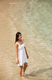 ビーチでポーズする女性の素材 [FYI01030928]
