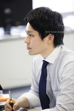 会議するビジネスマンの素材 [FYI01030929]