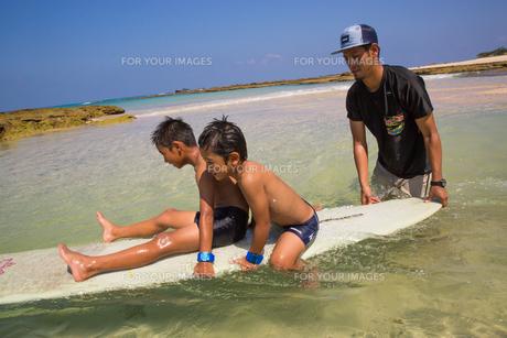 サーフボードで遊ぶ父子の素材 [FYI01030930]