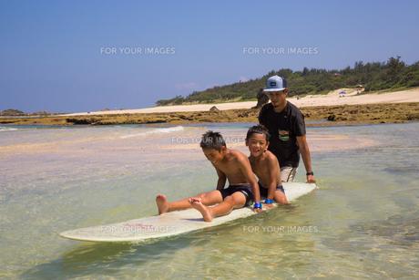 サーフボードで遊ぶ父子の素材 [FYI01030931]