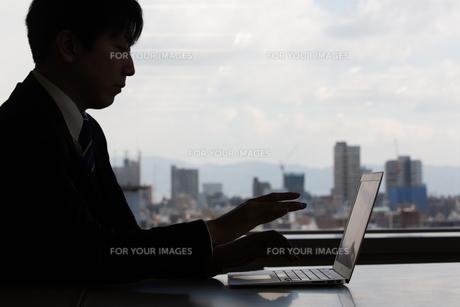 会議するビジネスマンの素材 [FYI01030932]
