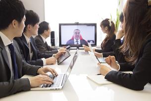 会議するビジネスマンの素材 [FYI01030933]
