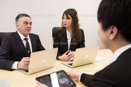 会議するビジネスマンの素材 [FYI01030936]