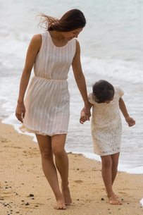 波と戯れる母娘の素材 [FYI01030937]