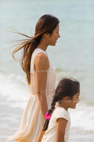 波と戯れる母娘の素材 [FYI01030942]