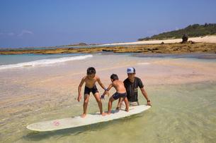 サーフボードで遊ぶ父子の素材 [FYI01030944]