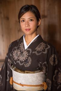 大島紬の着物でポーズする女性の素材 [FYI01030946]