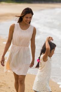 波と戯れる母娘の素材 [FYI01030947]