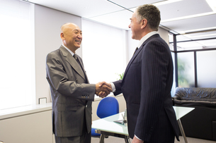 会議するビジネスマンの素材 [FYI01030948]