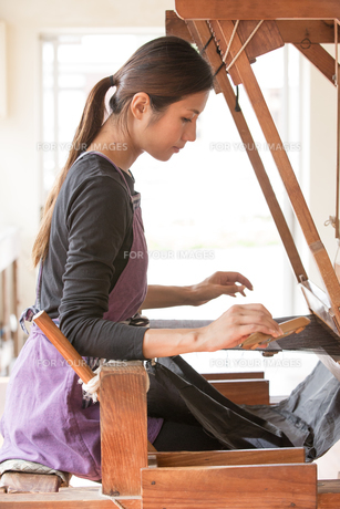 大島紬を織る女性の素材 [FYI01030951]