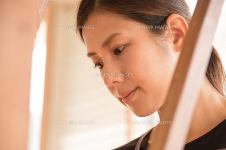 大島紬を織る女性の素材 [FYI01030952]