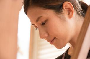 大島紬を織る女性の素材 [FYI01030953]