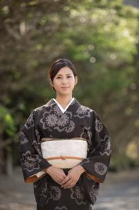 大島紬の着物でポーズする女性の素材 [FYI01030956]