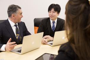 会議するビジネスマンの素材 [FYI01030958]