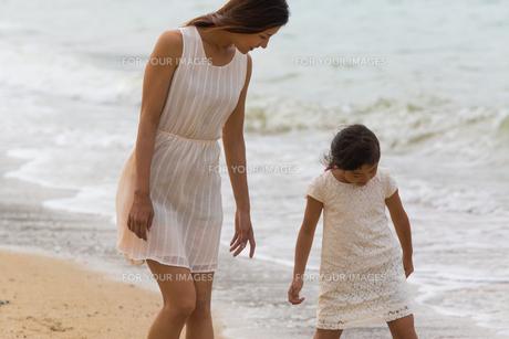 波と戯れる母娘の素材 [FYI01030959]