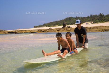 サーフボードで遊ぶ父子の素材 [FYI01030961]
