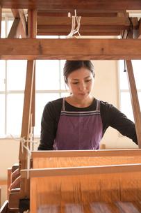 大島紬を織る女性の素材 [FYI01030967]