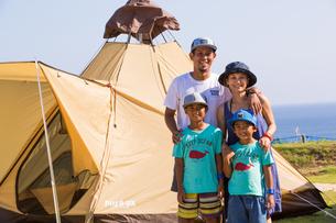テントの前で微笑む家族の素材 [FYI01030969]