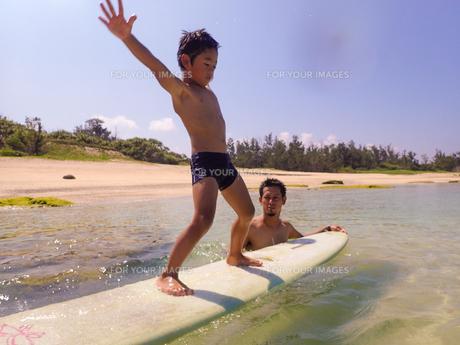 サーフボードで遊ぶ父子の素材 [FYI01030971]