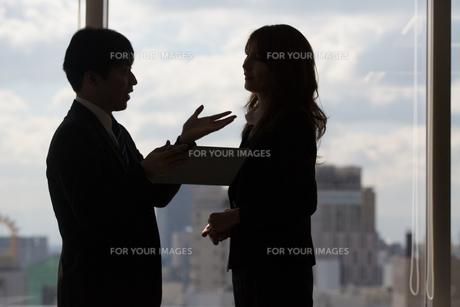 会議するビジネスマンの素材 [FYI01030972]