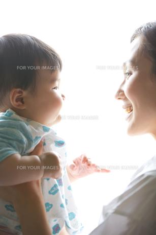 白バックでポーズする母子の素材 [FYI01030975]