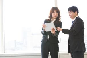 会議するビジネスマンの素材 [FYI01030976]