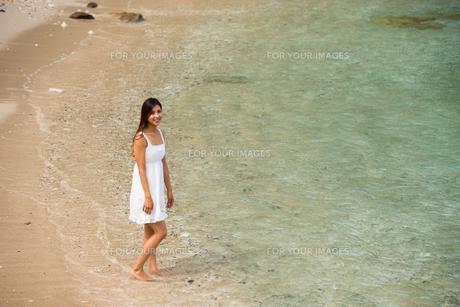 ビーチでポーズする女性の素材 [FYI01030977]