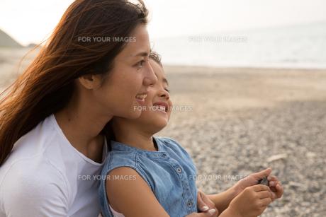 微笑む母娘の素材 [FYI01030978]