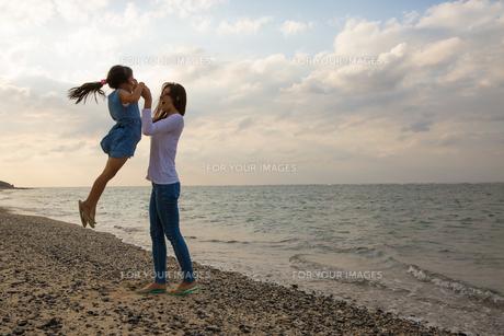 娘を抱き上げる母親の素材 [FYI01030980]