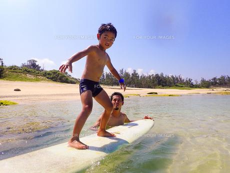 サーフボードで遊ぶ父子の素材 [FYI01030982]