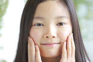 カメラ目線で微笑む少女の素材 [FYI01030983]