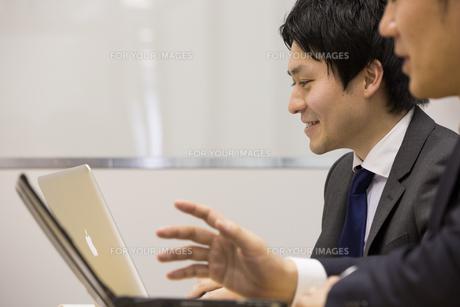 会議するビジネスマンの素材 [FYI01030984]