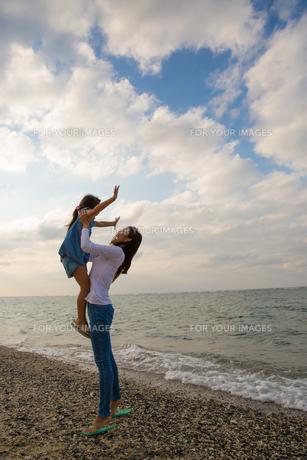 娘を抱き上げる母親の素材 [FYI01030985]