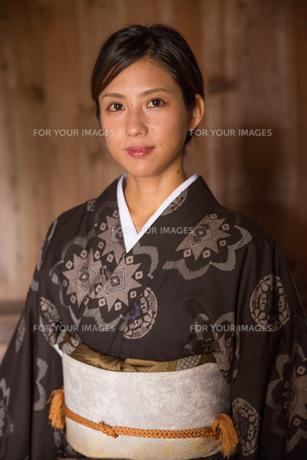 大島紬の着物でポーズする女性の素材 [FYI01030986]