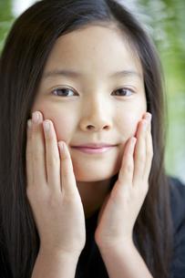 カメラ目線で微笑む少女の素材 [FYI01030988]
