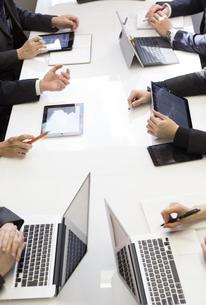 会議するビジネスマンの素材 [FYI01030989]