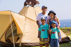 テントの前で微笑む家族の素材 [FYI01030991]