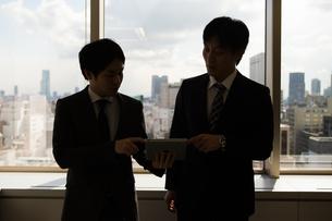 会議するビジネスマンの素材 [FYI01030995]