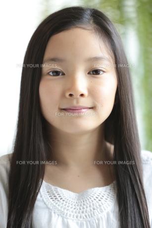カメラ目線で微笑む少女の素材 [FYI01030997]
